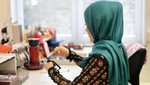 Frau im Hijab am Arbeitsplatz