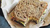 Zweierlei-Brote-Sandwich      Zutaten:  1 Scheibe Roggenvollkornbrot oder Pumpernickel, 1 Esslöffel Dijon-Senf, 3 Esslöffel Hummus, 1 Scheibe magerer Kochschinken, Fettrand entfernt, 1 Möhre, geraspelt, 1 Scheibe Weizenvollkornbrot mit niedrigem GI      Zubereitung:  Das Roggenbrot mit dem Dijon-Senf bestreichen. Hummus, Kochschinken und Möhrenraspel darauf verteilen. Das Weizenbrot als Deckel daraufsetzen.