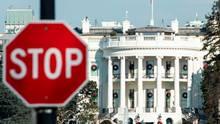 Stopp-Schild vor dem Weißen Haus - Shutdown hat zum Teil verrückte Folgen