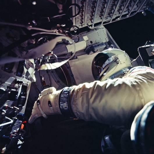 Bereit zum Ausstieg ins Weltall: Die Gemini-Kapsel kreist in einer Höhe von 260 Kilometer um dieErde