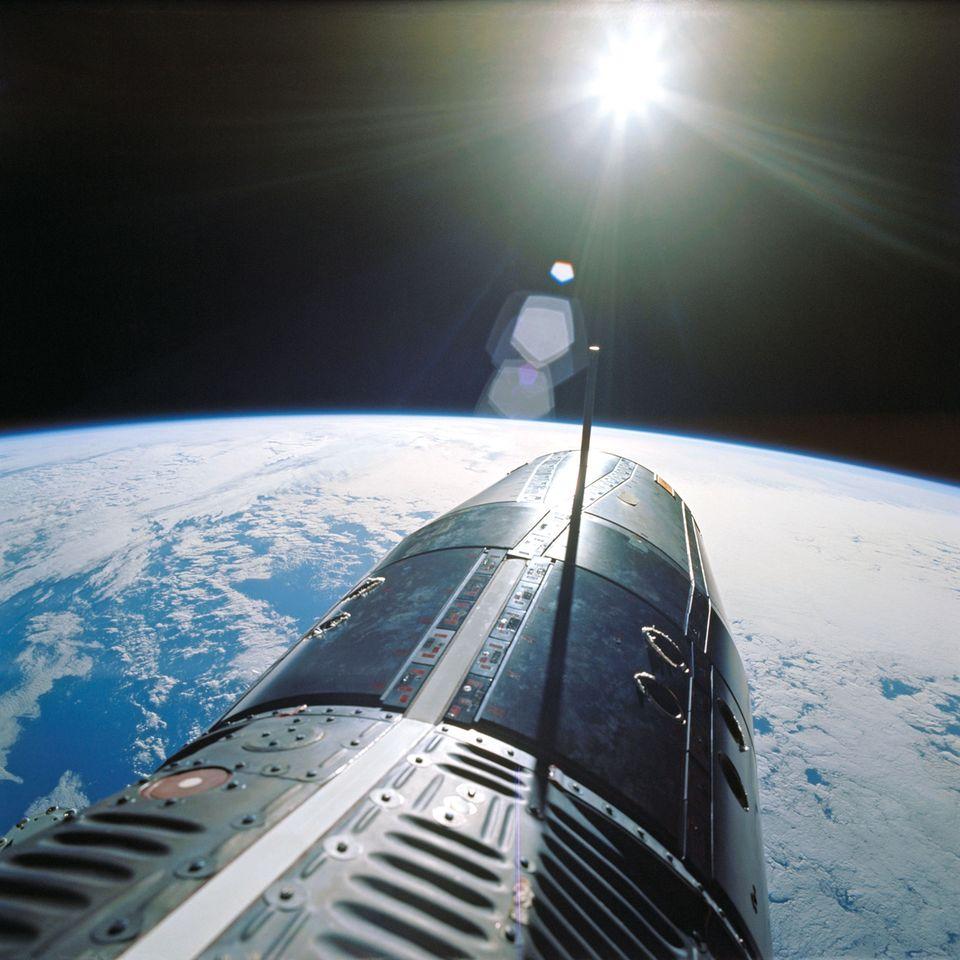 Foto aus dem Juni 1966: Blick während eines Weltraumspaziergangs auf die Erde mit derKapsel Gemini IX im Vordergrund