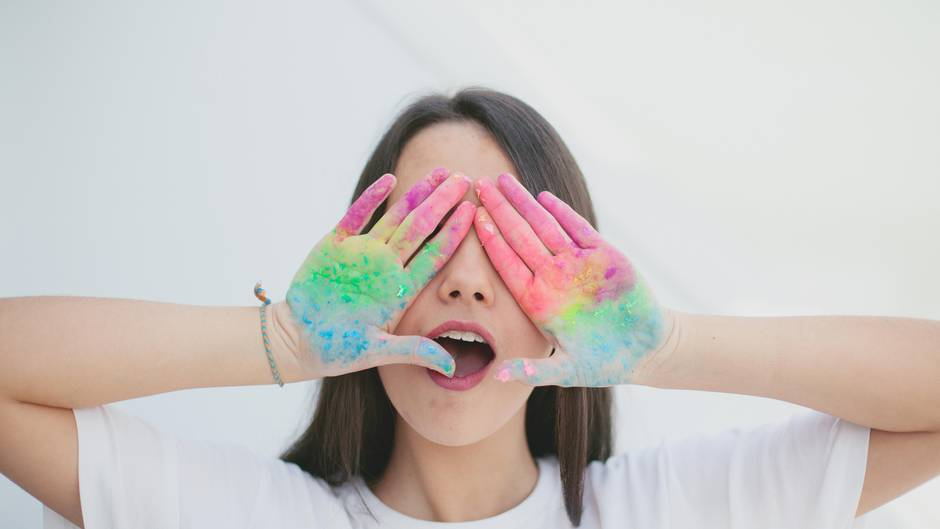 Hände mit Farbflecken