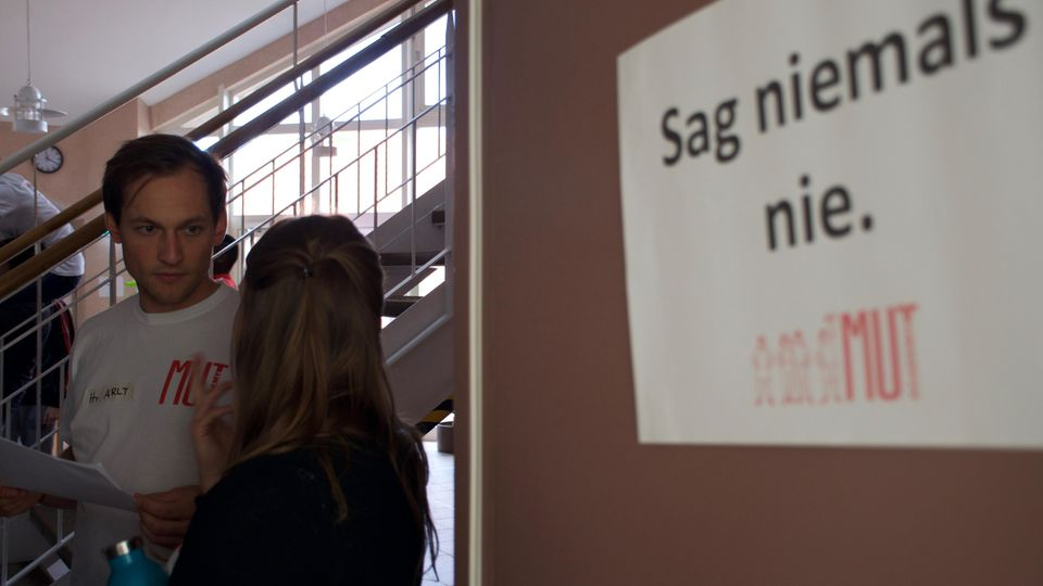 Philipp Arlt im Gespräch mit einer MUTivatorin. Der 31-Jährige ist einer der drei Leiter der MUT-Academy gUG.