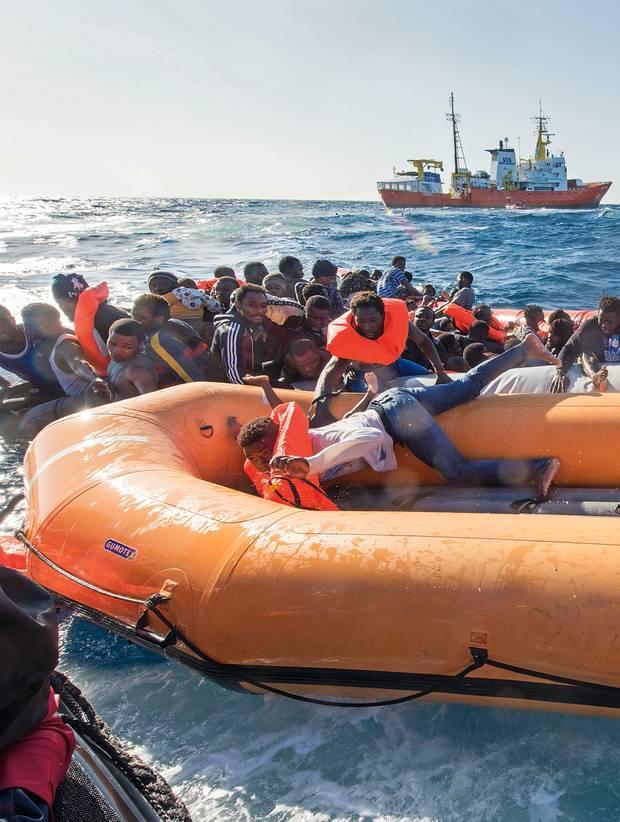 Aquarius-Seenotrettung - Gerettete Flüchtlinge im Schlauchboot