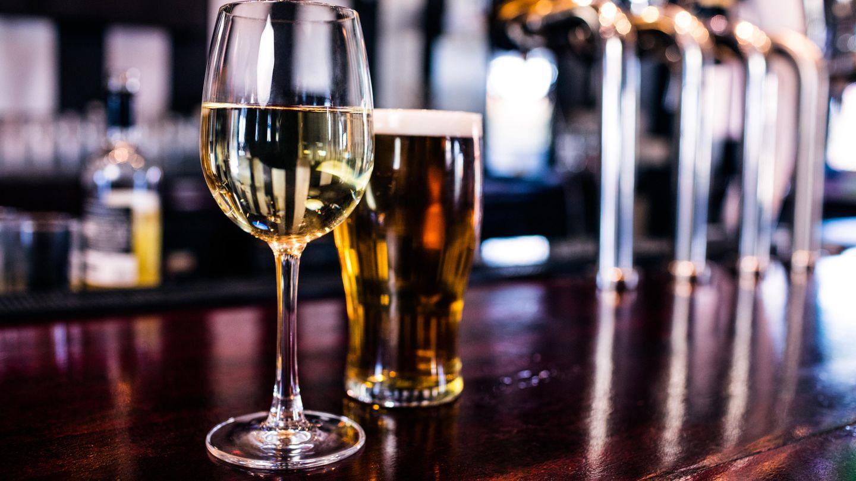 Trinken Sie Ihre Kalorien nicht  Ein Glas Wein (0,2 ml) hat etwa 160Kalorien. Ein Cocktail kann mit Zucker und Sahne ganz schnell zur Kalorienfalle werden. Trinken Sie daher lieber Wasser oder Tees.