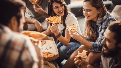 Essen Sie langsamer  Wer zu schnell isst, kann sein Sättigungsgefühl verpassen und isst dadurch mehr als er eigentlich bräuchte. Daher kauen und essen Sie bewusst und langsam.