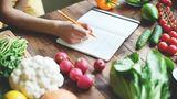 Schreiben Sie auf, was Sie essen  Es klingt nach Aufwand, könnte sich aber auszahlen. Zu oft essen wir einfach ohne darüber nachzudenken. Wenn Sie Buch darüber führen, was Sie essen, wissen Sie genau wo die Fehlerquelle liegt.