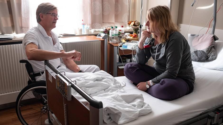 Chefvisite: Thomas Grundmann bespricht mit einer Patientin, wie die Operation verlaufen ist