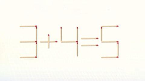 Die Rechnung 3+4=5 mit Streichhölzern geschrieben.
