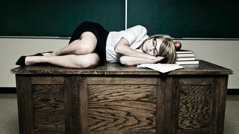 Einige Lehrer brauchen ab und zu Erholung. Gut, dass in den meisten Klassenräumen ein Film abgespielt werden kann.