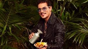 Chris Töpperwien und sein Arbeitsmaterial: die Currywurst. Der Deutsche betreibt Food-Trucks in Los Angeles und zieht nun in den Dschungel