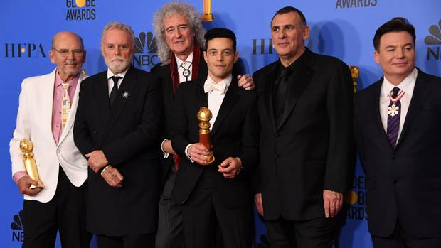Rami Malek (3.v.r.) posiert bei den Golden Globes mit Graham King (2.v.r), Brian May (3.v.l.) and Mike Myers (r.).