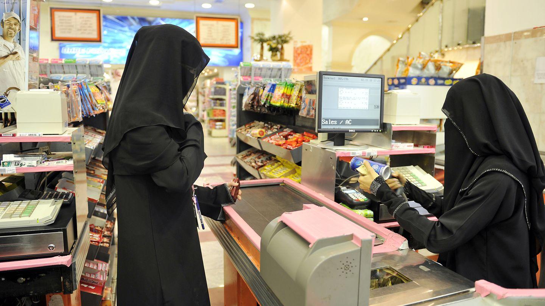 In Saudi-Arabien werden Frauen massiv unterdrückt. Das Bild zeigt zwei vollverschleierte Damen in einem Supermarkt.