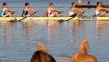 Ein Ruderverein aus Hamburg trainiert auf dem Wasser