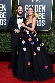 Heidi Klum nebst Verlobtem Tom Kaulitz.Sie trug eine üppig verzierte Blumenrobe mit transparentem Oberteil. Er schmiss sich in einen Anzug - und könnte sich eigentlich mal wieder rasieren.