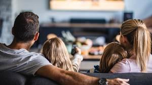 Kinder gucken mit Eltern Fernsehen