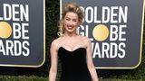 Schauspielerin Amber Heard (in Monique Lhuilier) brachte gleich ihre Daunendecke mit und wedelte damit über den roten Teppich