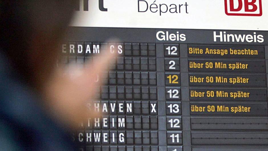 Ein Reisender betrachtet im Hauptbahnhof von Osnabrück eine Anzeigentafel, die die Verspätungen im Zugverkehr anzeigt