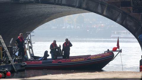 Ein Boot der Feuerwehr Hamburg untersucht die Alster an der Lombardsbrücke
