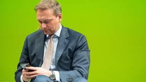 Christian Lindner am Handy - hat sich der FDP-Chef selbst zum Geburtstag gratuliert?