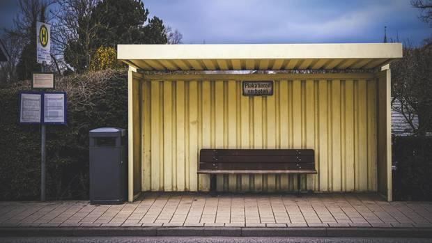 """Bushaltestelle (Erfolg der Polizei in Kiel: """"Oma Schleswig"""" und die verlorenen Weihnachtskarten – eine Geschichte mit Happy End)"""