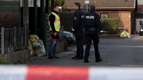 Polizeibeamte in Schönberg bei Kiel, nachdem eine 39-jährige Mutter dort in der Silvesternacht getötet wurde