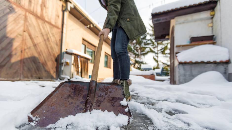 Schnee und Glätte: Schneeschippen: Was Sie wissen und beachten müssen