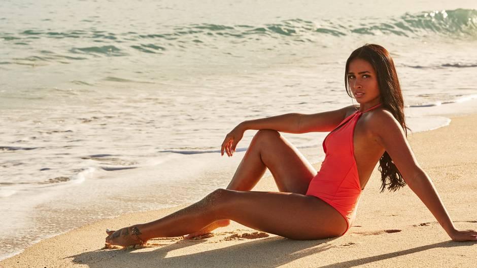 Die neue Bachelor-Kandidatin Nathalia am Strand von Mexiko in einem knalligen Bikini