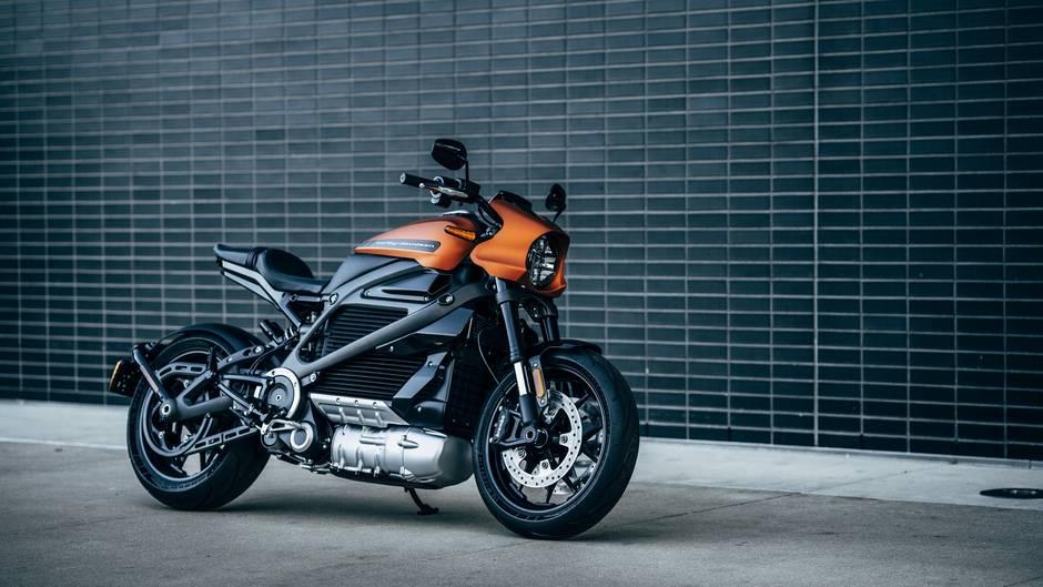 """Summen statt Brummen  Bei den Autos ist der Elektro-Trend seit Jahren nicht aufzuhalten, nun steigt auch Kultmotorad-Hersteller Harley-Davidson ein. Sonst für laute Motoren bekannt, wirbt die Livewire mit dem Solagan """"Das Lauteste, was Sie hören werden, ist Ihr Herzrasen."""" Der Preis des E-Boliden liegt bei knapp 30.000 Dollar, ab Februar kann vorbestellt werden."""