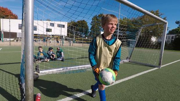 Der 14-jährige Alessandro Höppner liebt Fußball. Irgendwann möchte er die Latte im Tor selbstständig erreichen.