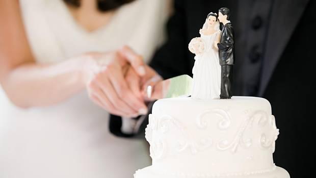 Brautpaar schneidet Torte an