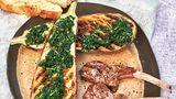 Geschmorte Auberginen mit Lammkoteletts      Zutaten:  2 Auberginen, 8 EL Olivenöl, 1 Bund glatte Petersilie, 1 Bund Basilikum, ½ Bund Minze, 1 rote Chilischote, Salz, frisch gemahlener schwarzer Pfeffer, 2 EL Butterschmalz, 4 Lammkoteletts      Zubereitung:  Die Auberginen waschen, halbieren und auf der Innenseite mehrfach mit einem Messer einritzen. Jede Hälfte mit je 1 EL Olivenöl bestreichen und mit der o¡enen Seite nach oben auf ein Backblech geben. Im vorgeheizten Backofen (200 °C, Umluft) 30 Minuten schmoren. Währenddessen Petersilie, Basilikum, Minze, Chilischote und die restlichen 6 EL Olivenöl in einen Mixer geben zu einem Kräuterpesto verarbeiten. Mit Salz und Pfeffer abschmecken. Das Schmalz in der Pfanne erhitzen und die Lammkoteletts darin von beiden Seiten einige Minuten bei hoher Temperatur anbraten. Geröstete Auberginen auf einen Teller geben und das Pesto darauf verteilen. Die Lammkoteletts dazulegen und nach Belieben salzen und pfeffern.      Mehr Rezepte finden Sie in: Alles verwenden. Nichts verschwenden,192 Seiten, 19,99 Euro