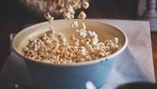 Popcorn      Zutaten:  Mais, Öl, (je soviel, dass es den Boden des Topfes bedeckt),ggf. Salz      Zubereitung:  Öl und Mais in die Pfanne geben, gerade so, dass der Boden bedeckt ist und den Deckel drauf setzen. Nun den Topf stark erhitzen und ungefähr die Hälfte aufpoppen lassen.  Jetzt das Popcorn vom Herd nehmen, damit es nicht anbrennt.  Würzen Sie das Popcorn nach Bleiben, entweder süß oder herzhaft oder Sie lassen es pur. Das Popcorn muss beim Würzen noch warm sein.