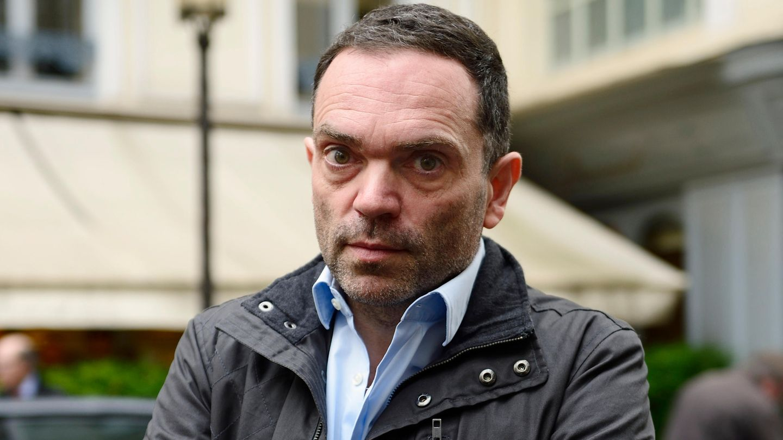 Der französische Autor Yann Moix steht in Paris vor einem Restaurant