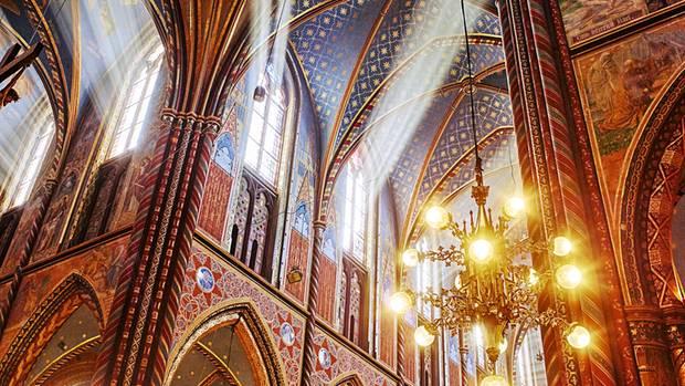 Ein Himmel für den Glauben: die farbenprächtig ausgemalte Basilika von Kevelaer am Niederrhein