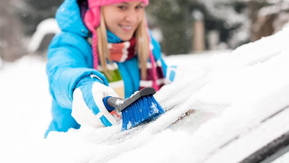 Die richtige Ausrüstung  Im Winter sollte im Auto folgende Grundausstattung dabei sein: Enteiser, Eiskratzer, Schneebesen, Handschuhe und ein Reservekanister Scheibenreiniger.  Bei starkem Schneefall und/oder auf dem Land ist diese Zusatzausrüstung sinnvoll: Abtaumittel für Scheiben, Schneeschaufel, Granulat als Anfahrhilfe und Schneeketten - außerdem sollte man immer rechtzeitig auftanken.  Denken Sie auch an Taschenlampe und Decke. Arbeitshandschuhe nicht vergessen, bei Minus-Graden bekommt man, wenn man mit dem Metallketten arbeitet, schneller Erfrierungen, als man es für möglich hält.  Das Paket für das winterliche Landleben hört sich gewaltig an, doch keine Sorge: Es passt alles in eine Einkaufstasche.