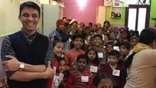 "Kuku Arora (l.) mit Kindern aus dem ""Sunshine Project"""