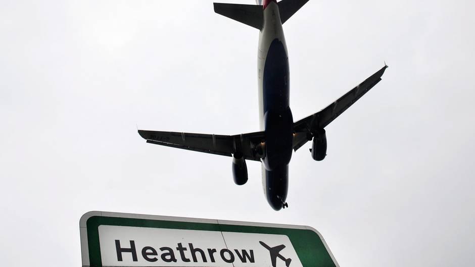 Ein Flugzeug der Fluggesellschaft British Airways im Anflug auf den Flughafen Heathrow