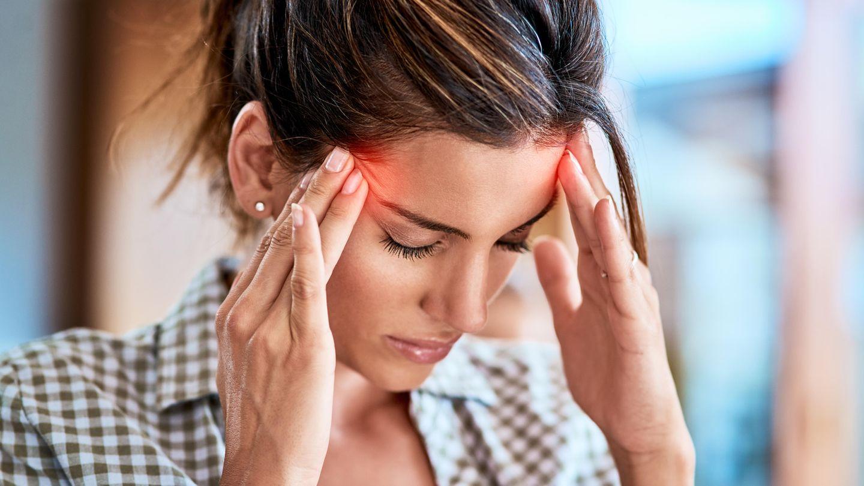 Eine Frau hat Kopfschmerzen