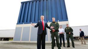 US-Präsident Donald Trump steht vor einem Prototyp der Grenzmauer zu Mexiko.