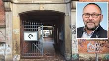 Tatort und Opfer: AfD-Politiker Frank Magnitz (kl. Foto) wurde laut Polizei an diesem Durchgang des Theaters am Goetheplatz in Bremen von drei Männern überfallen.