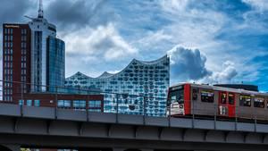 HVV-Fahrplanänderungen: eine U-Bahn fährt durch Hamburg