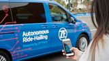 Per Handy-App wird das ZF Robo-Taxi herbeigerufen