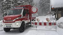 Feuerwehrfahrzeug im Schnee bei Jachenau