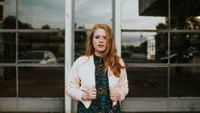 Eine junge Frau mit roten Haaren