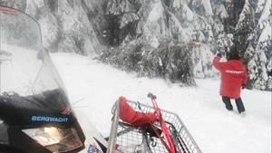 Ein Mitarbeiter der Bergwacht will im Ski-Ort Hinterthal eineumgefallene Tanne zur Seite räumen.