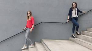 Zwei Freunde gehen in unterschiedliche Richtungen