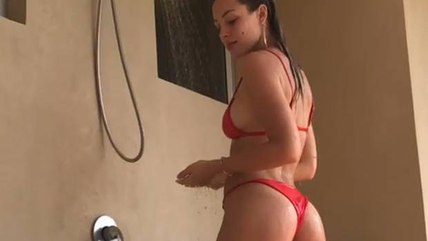 Dieses Model posiert unter der Dusche