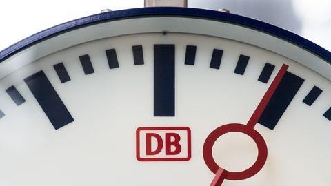 Eine Uhr mit dem Logo der Deutschen Bahn hängt im Hauptbahnhof