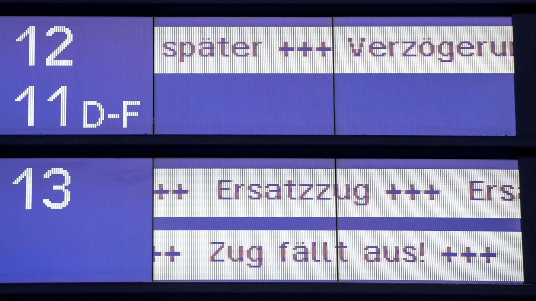 Anzeige an einem Bahnhofder Deutschen Bahn: 2018 kam jeder vierte Fernzug zu spät